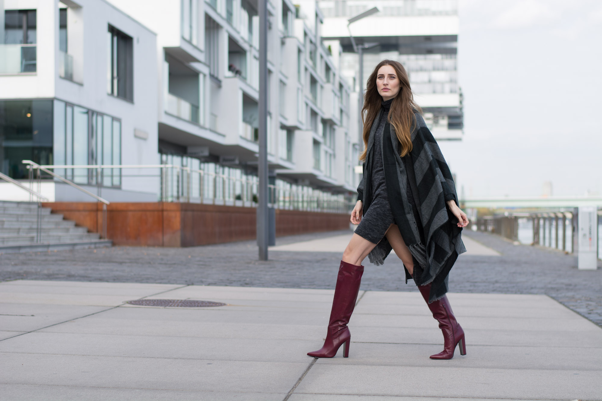 Poi Lei Boots & Bershka Cape | Lisa Fiege